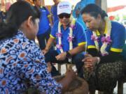 Menteri BUMN Rini Soemarno (kanan) didampingi Direktur Utama BTN Maryono (kedua kanan) meninjau salah satu Balkondes (Balai Ekonomi Desa) yang disiapkan oleh Bank BTN di wilayah Jawa Tengah. Balkondes ini salah satu kegiatan yang diharapkan dapat mendorong ekonomi masyarakat adalah kerajinan pembuatan gerabah di Karanganyar, Borobudur, Magelang, Jawa Tengah Sabtu (22/4). Selama periode Februari-April 2017 program sinergi BUMN menyalurkan dana CSR (Corporate Social Responsibility) senilai lebih dari Rp36 miliar kepada masyarakat Jateng.
