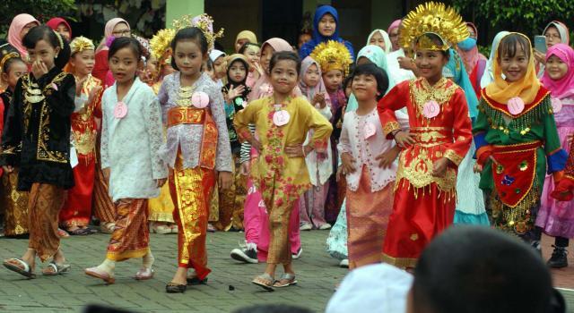 Sejumlah murid SD Cibubur 04 mengikuti kegiatan fashion show dengan menggunakan baju adat , Jakarta, Jumat (21/4/2017). Kegiatan tersebut digelar dalam rangka memperingati Hari Kartini. AKTUAL/Munzir