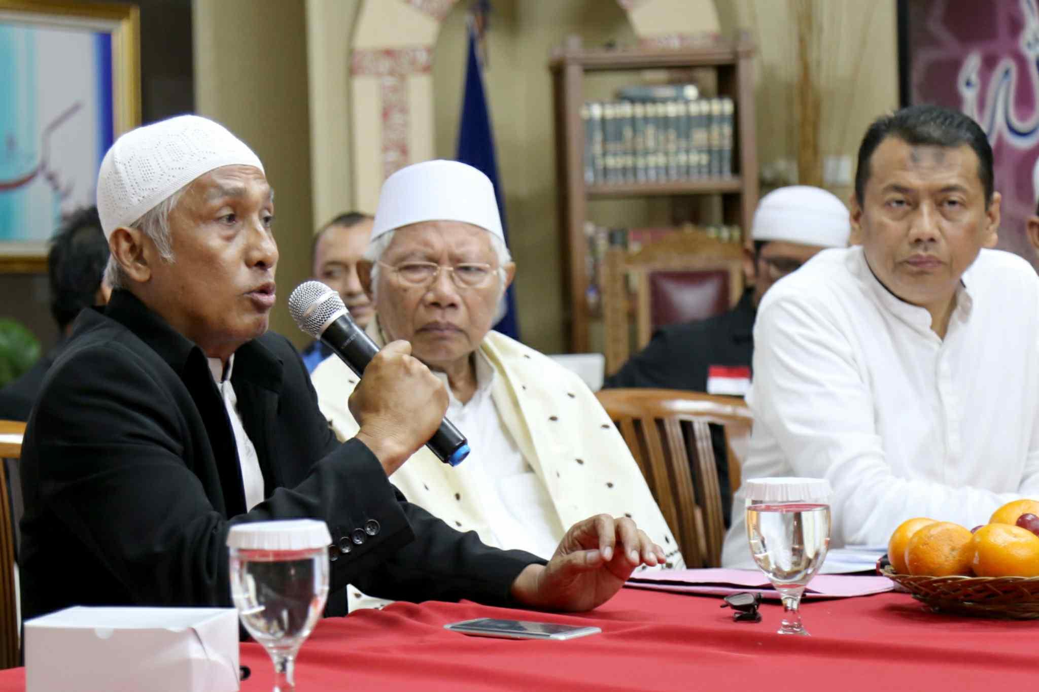"Kuasa Hukum KH Muhammad Al Khaththath, Kapitra didampingi Pembina GNPF MUI Jakarta, KH Abdul Rasyid dan Anggota Tim Pengacara Muslim (TPM), Achmad Michdan saat konferensi pers ""Bebaskan KH Muhammad Al Khaththath"" di AQL Islamic Center Jalan Tebet Utara, Jakarta Selatan, Senin (3/4). Pimpinan GNPF MUI, Pimpinan Ormas dan Tokoh Masyarakat menyerukan aparat kepolisian agar membebaskan KH Muhammad Al Khaththath dari tahanan dan tuduhan makar. Karena selaku pimpinan aksi 313 sekaligus Sekjen FUI dengan tuduhan makar merupakan bentuk penggunaan hukum instrumen of power, yang sama sekali tidak berkeadilan. AKTUAL/Tino Oktaviano"