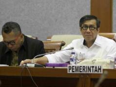 Menteri Hukum dan HAM Yassona Laoly saat rapat kerja dengan Badan Legislasi (Baleg) DPR RI membahas revisi UU MD3 di gedung DPR, Senayan, Jakarta, Senin (17/4). Revisi UU Nomor 17 Tahun 2014 tentang MPR, DPR, DPD, dan DPRD (UU MD3) segera rampung pada Masa Persidangan IV yang akan berakhir pada pekan terakhir April 2017 AKTUAL/Tino Oktaviano