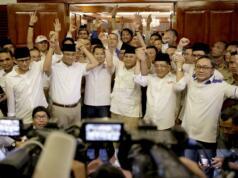 Ketua umum Partai Gerindra Prabowo Subianto beserta Pasangan Anies Baswedan-Sandiaga Uno juga tokoh partai pendukung menggelar jumpa pers di rumah kediaman, Jalan Kertanegara, Jakarta Selatan, Rabu (16/4). Prabowo mengucapkan selamat kepada Anies Baswedan dan Sandiaga Uno juga seluruh rakyat Jakarta dan partai yang telah mengusung Anies-Sandi di Pilkada DKI Jakarta. AKTUAL/Tino Oktaviano