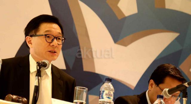 Direktur Utama PT Tunas Ridean Tbk (TURI) Rico A Setiawan (kiri) didampingi Direktur TURI Permadi (kanan) saat menjawab pertanyaan wartawan saat Rapat Umum Pemegang Saham Tahunan (RUPST) dan Paparan Kinerja di Jakarta, Kamis (20/4). TURI akan membagikan dividen tunai tahun buku 2016 dengan total Rp 167,4 miliar, atau setara 30,3 persen dari total laba bersih perseroan tahun lalu yang sebesar Rp 551,7 miliar. Hasil RUPST menyetujui untuk membagikan dividen tunai tahun buku 2016 tersebut adalah Rp 30 untuk setiap sahamnya. AKTUAL/Tino Oktaviano