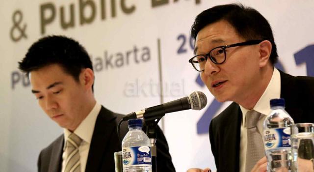 Direktur Utama PT Tunas Ridean Tbk (TURI) Rico A Setiawan (kanan) didampingi Direktur TURI Kent Teo (kiri) menjawab pertanyaan wartawan saat Rapat Umum Pemegang Saham Tahunan (RUPST) dan Paparan Kinerja di Jakarta, Kamis (20/4). TURI akan membagikan dividen tunai tahun buku 2016 dengan total Rp 167,4 miliar, atau setara 30,3 persen dari total laba bersih perseroan tahun lalu yang sebesar Rp 551,7 miliar. Hasil RUPST menyetujui untuk membagikan dividen tunai tahun buku 2016 tersebut adalah Rp 30 untuk setiap sahamnya. AKTUAL/Tino Oktaviano