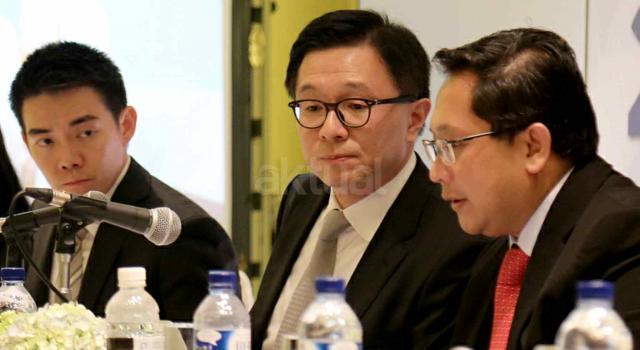 Direktur Utama PT Tunas Ridean Tbk (TURI) Rico A Setiawan (tengah) berbincang dengan Direktur TURI Kent Teo (kiri) dan Direktur TURI Permadi (kanan) saat Rapat Umum Pemegang Saham Tahunan (RUPST) dan Paparan Kinerja di Jakarta, Kamis (20/4). TURI akan membagikan dividen tunai tahun buku 2016 dengan total Rp 167,4 miliar, atau setara 30,3 persen dari total laba bersih perseroan tahun lalu yang sebesar Rp 551,7 miliar. Hasil RUPST menyetujui untuk membagikan dividen tunai tahun buku 2016 tersebut adalah Rp 30 untuk setiap sahamnya. AKTUAL/Tino Oktaviano