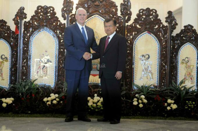 Wakil Presiden Jusuf Kalla menerima kuniungan Wakil Presiden AS Mike Pence di Istana Wapres, Jakarta, Kamis (20/4). Dalam pertemuan tersebut, Wapres Mike Pence memaparkan seputar kebijakan luar negeri baru