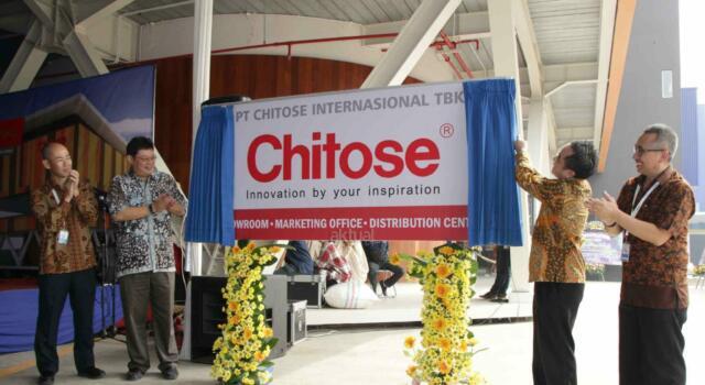 Dirut Utama PT Chitose Internasional Tbk (CINT) Dedie Suherlan (kedua kiri) didampingi Direktur CINT Timatius Jusuf Paulus, Direktur CINT Fadjar Swatyas dan Direktur CINT Kazuhiko Aminaka berbincang usai meresmikan pabrik baru di Jalan HMS Mintaredja, Baros, Cimahi, Jawa Barat, Jumat (21/4). CINT meresmikan pembangunan pabrik baru ditanah seluas 6.600 m2 sebagai wujud janji Perseroan kepada public atas penggunaan dana hasil IPO (Initial Public Offering), yakni sebesar 35% untuk pembangunan pabrik baru dengan tujuan menambah kapasitas produksi dan varian produk berspesifikasi lebih tinggi, sekaligus ditujukan sebagai distribution center, showroom dan kantor operasional Perseroan. Dengan adanya distribution center ini kapasitas produksi meningkat 25% dibandingkan sebelumnya. AKTUAL/Eko S Hilman