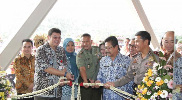 Dirut Utama PT Chitose Internasional Tbk (CINT) Dedie Suherlan (kedua kiri) didampingi Direktur CINT Timatius Jusuf Paulus, Direktur CINT Fadjar Swatyas dan Direktur CINT Kazuhiko Aminaka berbincang usai meresmikan pabrik baru di Jaoan HMS Mintaredja, Baros, Cimahi, Jawa Barat, Jumat (21/4). CINT meresmikan pembangunan pabrik baru ditanah seluas 6.600 m2 sebagai wujud janji Perseroan kepada public atas penggunaan dana hasil IPO (Initial Public Offering), yakni sebesar 35% untuk pembangunan pabrik baru dengan tujuan menambah kapasitas produksi dan varian produk berspesifikasi lebih tinggi, sekaligus ditujukan sebagai distribution center, showroom dan kantor operasional Perseroan. Dengan adanya distribution center ini kapasitas produksi meningkat 25% dibandingkan sebelumnya. AKTUAL/Eko S Hilman