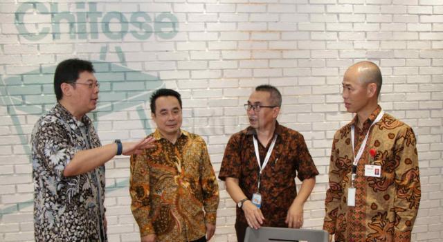 Dirut Utama PT Chitose Internasional Tbk (CINT) Dedie Suherlan, Direktur CINT Timatius Jusuf Paulus, Direktur CINT Fadjar Swatyas, Direktur CINT Kazuhiko Aminaka berbincang usai meresmikan pabrik baru di Jaoan HMS Mintaredja, Baros, Cimahi, Jawa Barat, Jumat (21/4). CINT meresmikan pembangunan pabrik baru ditanah seluas 6.600 m2 sebagai wujud janji Perseroan kepada public atas penggunaan dana hasil IPO (Initial Public Offering), yakni sebesar 35% untuk pembangunan pabrik baru dengan tujuan menambah kapasitas produksi dan varian produk berspesifikasi lebih tinggi, sekaligus ditujukan sebagai distribution center, showroom dan kantor operasional Perseroan. Dengan adanya distribution center ini kapasitas produksi meningkat 25% dibandingkan sebelumnya. AKTUAL/Eko S Hilman