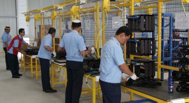 Suasana pabrik baru PT Chitose Internasional Tbk (CINT) di Jalan HMS Mintaredja, Baros, Cimahi, Jawa Barat, Jumat (21/4). Pembangunan pabrik baru ditanah seluas 6.600 m2 sebagai wujud janji Perseroan kepada public atas penggunaan dana hasil IPO (Initial Public Offering), yakni sebesar 35% untuk pembangunan pabrik baru dengan tujuan menambah kapasitas produksi dan varian produk berspesifikasi lebih tinggi, sekaligus ditujukan sebagai distribution center, showroom dan kantor operasional Perseroan. Dengan adanya distribution center ini kapasitas produksi meningkat 25% dibandingkan sebelumnya. AKTUAL/Eko S Hilman