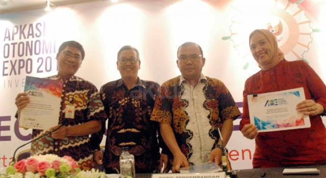 Dari kiri ke kanan, Perwakilan Jakarta Convention Center Dody, Kepala Divisi Humas Media Asosiasi Pemerintah Kabupaten Seluruh Indonesia (Apkasi) Mirza Fichri MZ, Kepala Divisi Pengembangan Potensi Daerah Apkasi Syaifuddin C Kai  dan Mitra Sponsorship Emiliya Rosa berbincang usai konferensi pers Jelang pelaksanaan kegiatan tahunan Apkasi Otonomi Expo 2017 di Jakarta, Jumat (21/4). Apkasi Otonomi Expo 2017 yang merupakan gelaran untuk ke-13 kalinya. Sekitar 300 peserta technical meeting yang hadir, agar dapat mempersiapkan segala sesuatunya yang terkait dengan kegiatan pameran Apkasi sehingga tujuan pelaksanaan pameran ini dapat tercapai dengan baik, yakni dapat mendatangkan investors ke daerah dan para buyers ke daerah masing-masing. Juga di bidang perdagangan, pariwisata dan investasi ke pasar global. AKTUAL/Eko S Hilman