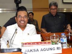 Jaksa Agung Muhammad Prasetyo mengikuti rapat kerja bersama Komisi III DPR di Kompleks Parlemen, Senayan, Rabu (12/4). Rapat tersebut membahas berbagai persoalan terkait penanganan tindak pidana yang dilakukan Kejaksaan termasuk penanganan tindak pidana Pemilu yang terjadi pada saat Pemilihan Kepala Daerah Serentak 2017. AKTUAL/Tino Oktaviano