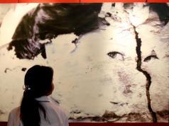 "Pengunjung melihat foto karya Pewarta Foto Freelace Sutrisno Jambul di acara peluncuran buku dan pameran art fotografi bertajuk ""Perempuan"" di pusat keudayaan Institut Francais Indonesia (IFI), Jakarta, Jalan Wijaya I, Jakarta Selatan, Jumat (21/4). Buku ini dibuat sebagai wujud nyata perjalanan berkarya yang dijalaninya sebagai foto jurnalis dan seniman fotografi selama sepuluh tahun. Kedubes Perancis memotivasi para seniman muda berbakat untuk dapat berkarya dan tampil ke forum internasional. AKTUAL/Tino Oktaviano"