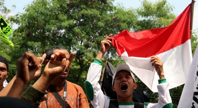Ratusan umat muslim dari berbagai organisasi geram saat mendengar tuntutan yang dibacakan Jaksa Penuntut Umum (JPU) di depan kantor Kementerian Pertanian, Jakarta, Kamis (20/4/2017). Massa geram dan tidak terima karena tuntutan 1 tahun JPU terhadap Basuki Tjahaja Purnama atau Ahok atas kasus dugaan penistaan agama itu dinilai ringan. AKTUAL/MunzirY