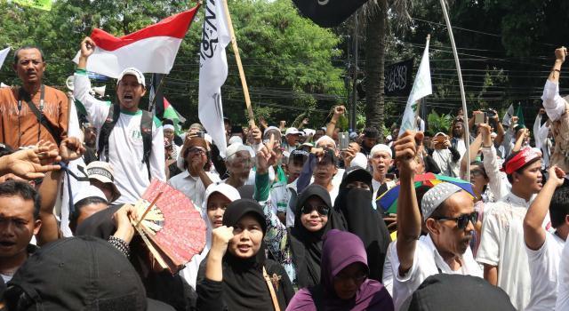 Ratusan umat muslim dari berbagai organisasi geram saat mendengar tuntutan yang dibacakan Jaksa Penuntut Umum (JPU) di depan kantor Kementerian Pertanian, Jakarta, Kamis (20/4/2017). Massa geram dan tidak terima karena tuntutan 1 tahun JPU terhadap Basuki Tjahaja Purnama atau Ahok atas kasus dugaan penistaan agama itu dinilai ringan. AKTUAL/Munzir