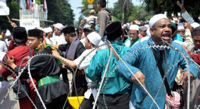 Ratusan umat muslim dari berbagai organisasi geram saat mendengar tuntutan yang dibacakan Jaksa Penuntut Umum (JPU) di depan kantor Kementerian Pertanian, Jakarta, Kamis (20/4/2017). Massa geram dan tidak terima karena tuntutan 1 tahun JPU terhadap Basuki Tjahaja Purnama atau Ahok atas kasus dugaan penistaan agama itu dinilai ringan. AKTUAL/MunzirG
