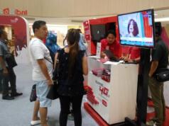 Penjelasan produk & transaksi TCASH di Booth Telkomsel pada IndiHome Expo di Mall Tunjungan Plaza Surabaya (19/04)