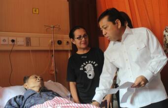 Ketua DPR RI, Setya Novanto meninjau langsung proses pemungutan suara di TPS 27 dan TPS 51 yang berada di Rumah Sakit Fatmawati, Jakarta Selatan, Rabu (19/4) didampingi anggota Badan Pengawas Pemilu (Bawaslu) Bawaslu Rahmat Bagja. (Foto: Aktual.com/Chienk)