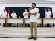 Ketua Umum Partai Perindo Hary Tanoesoedibjo (kanan) berdialog dengan Cagub DKI Jakarta Anies Baswedan (kiri) di DPP Partai Perindo, Jalan Diponegoro, Menteng, Jakarta Pusat, Kamis (20/4/2017). Partai Perindo menggelar syukuran keunggulan Anies-Sandi dari Ahok-Djarot, dalam hitung cepat semua lembaga survei terkait Pilkada DKI Jakarta putaran kedua. AKTUAL/Munzir