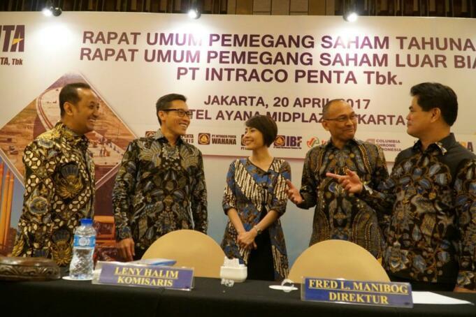 Komisaris Independen PT Intraco Penta Tbk (INTA), Jugi Prajogio, Direktur Utama, Petrus Halim, Komisaris, Leny Halim, Direktur SDM, M.Effendi Ibnoe, Direktur Keuangan , Fred L Manibog berbincang seusai RUPS di Jakarta, Kamis (20/4). INTA mendapat persetujuan RUPS untuk transaksi akuisisi pembangkit listrik (PLTU) di Batam sebesar Rp 337,5 miliar. Pendanaan akan diperoleh antara lain melalui rencana Right Issue.