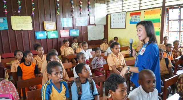 Karyawati BCA memberikan materi edukasi di salah satu kelas di SD Negeri Inpres 26 Klamono di Sorong, Papua Barat, Jumat (21/4). BCA bekerjasama dengan United Nations International Children's Fund (UNICEF) menyelenggarakan program edukasi literasi keuangan dan edukasi kesehatan bagi Papua. Selain melaksanakan edukasi mengenai literasi keuangan, BCA menyumbang sejumlah buku edukatif, buku panduan guru mengajar, alat peraga edukatif serta melaksanakan edukasi kesehatan mengenai pentingnya mencuci tangan bagi para siswa. AKTUAL/Eko S Hilman