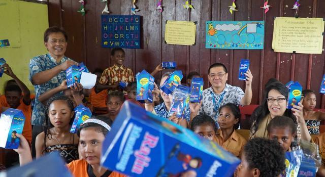 BCA bekerjasama dengan United Nations International Children's Fund (UNICEF) menyelenggarakan program edukasi literasi keuangan dan edukasi kesehatan bagi Papua. Selain melaksanakan edukasi mengenai literasi keuangan, BCA menyumbang sejumlah buku edukatif, buku panduan guru mengajar, alat peraga edukatif serta melaksanakan edukasi kesehatan mengenai pentingnya mencuci tangan bagi para siswa. AKTUAL/Eko S Hilman