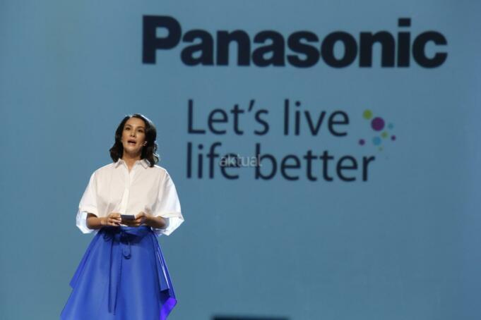 Brand Ambassador PT Panasonic Gobel Indonesia Nadya Hutagalung disela ajang tahunan Panasonic National Dealers Gathering 2017 di Jakarta, Rabu (12/4). Panasonic menerapkan