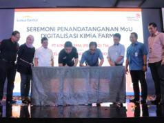 Direktur Enterprise & Business Service Telkom Dian Rachmawan (keempat dari kiri) dan Direktur Utama Kimia Farma Honesti Basyir (keempat dari kanan) saat melakukan penandatanganan Nota Kesepahaman Digitalisasi Kimia Farma di Hotel Pullman, Jakarta (17/5).