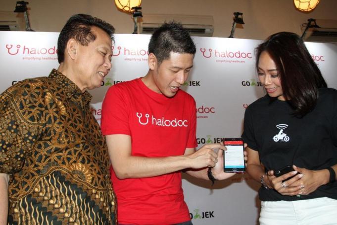 Darodjatun Sanusi - Direktur Eksekutif GP Farmasi dan Majelis Kehormatan Ikatan Apoteker Indonesia, Jonathan Sudharta - CEO dan Founder Halodoc, dan Monica Oudang - Chief of Human Resources GO-JEK.