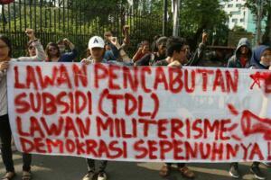 Dalam aksinya para mahasiswa mengajak masyarakat Indonesia untuk menolak kenaikan Tarif Dasar Listrik (TDL) dan lawan pencabutan subsidi disektor publik. AKTUAL/Munzir