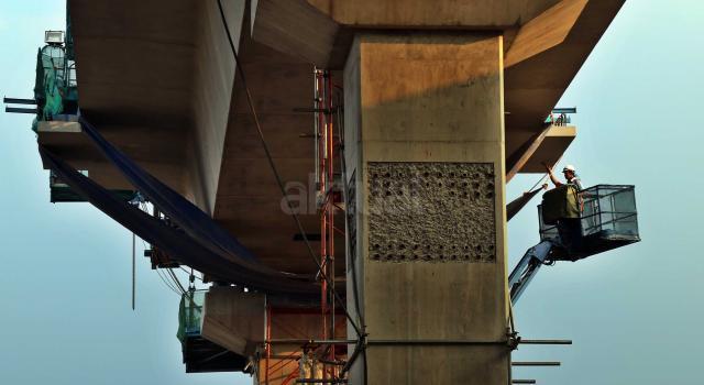 Pekerja menyelesaikan proyek kontruksi konstruksi mass rapid transit (MRT) di jalan Fatmawati, Jakarta Selatan, Sabtu (20/5/2017). Perkembangan pembangunan infrastruktur MRT Jakarta untuk ruas Jl RS Fatmawati, Jl Panglima Polim, sampai Jl Sisingamangaraja telah mencapai 44,90 persen. Proyek ini beroperasi sesuai dengan target, yakni pada bulan Maret 2019. AKTUAL/Tino Oktaviano