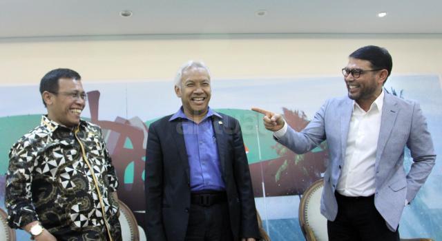 """Wakil Ketua DPR dari Fraksi Demokrat Agus Hermanto (tengah), Anggota Komisi III Fraksi PKS Nasir Djamil (kanan) dan Anggota Komisi III Fraksi PDI Perjuangan Masinton Pasaribu (kiri), menjadi pembicara dalam diskusi Dialetika Demokrasi, di Gedung Nusantara III, Kompleks Parlemen, Jakarta, Kamis(18/05). Diskusi yang bertajuk """"Kemana Hak Angket KPK Berujung?"""", membahas soal perbedaan pandangan masing masing Fraksi dalam persetujan Hak Angket untuk Komisi Pemberantasan Korupsi (KPK), sehingga  sejumlah Fraksi yang menolak meminta mengkaji ulang atas putusan yang dinilai malah melemahkan KPK tersebut dan meningkatkan kualitas komunikasi anatara Pimpinan DPR dengan Pimpinan Partai Politik. AKTUAL/Tino Oktaviano"""