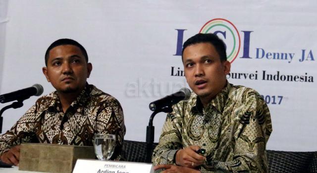 Peniliti LSI Ikram M (kiri) bersama Peneliti Senior LSI Adrian Sopa saat melakukan pemaparan hasil survie LSI yang bertemakan Pertegas dan Memperbaharui Demokrasi Pancasila di kantor LSI, Jakarta, Jumat (19/5/2017). Dalam hasil survie Lembaga Survei Indonesia (LSI) mayoritas disemua suku menginginkan Demokrasi Pancasila. AKTUAL/Munzir