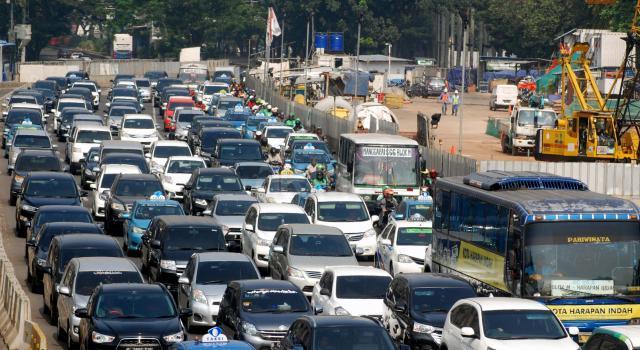 Sejumlah kendaraan terjebak kemacetan di Jalan sudirman, Jakarta, Jumat (19/5/2017). Kepadatan jalanan di ibu kota disebabkan oleh tingginya pengunaan kendaraan pribadi, dimana pertumbuhan jumlah motor dan mobil mencapai 12 persen per tahun. AKTUAL/Munzir