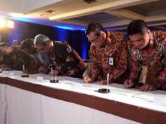 Direktur Enterprise & Business Service PT Telkom Indonesia (Persero) Tbk (Telkom) Dian Rachmawan (paling kanan) melakukan penandatanganan Nota Kesepahaman tentang Digitalisasi BRI di Yogyakarta, Jumat (19/5).