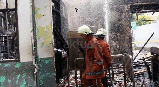 Petugas pemadam kebakaran melakukan pendinginan di lokasi kebakaran yang melanda Stasiun Klender, Jakarta Timur, Jumat (19/5/2017). Tidak ada korban jiwa dalam kebakaran yang diduga berasal dari korsleting listrik tersebut dan sembilan mobil pemadam kebakaran dikerahkan memadamkan api. AKTUAL/Munzir