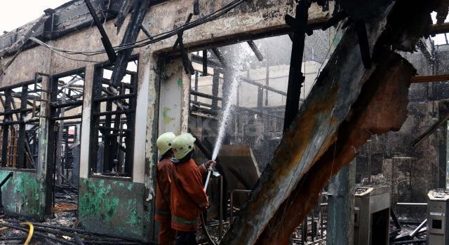 Tidak ada korban jiwa dalam kebakaran yang diduga berasal dari korsleting listrik tersebut dan sembilan mobil pemadam kebakaran dikerahkan memadamkan api. AKTUAL/Munzir