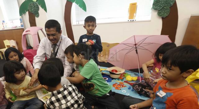 "T Bank Maybank Indonesia Tbk (Maybank Indonesia) kembali menyelenggarakan ""Tiger Cubs Daycare"", di kantor pusat Maybank Indonesia, Senayan, Jakarta, Senin (19/6).""Tiger Cubs Daycare"" memberikan kesempatan kepada karyawan Maybank Indonesia untuk membawa anak ke kantor dalam masa pra dan paska libur Lebaran. Program ini memungkinkan anak-anak karyawan dapat bermain dan belajar dalam suatu kurikulum aktivitas tertentu di bawah bimbingan pihak ketiga, sebagai mitra Maybank Indonesia.""Tiger Cubs Daycare"" diselenggarakan dalam dua tahapan, yakni sebelum libur Lebaran atau Pra Lebaran, yakni 19-23 Juni 2017 dan sesudah atau Paska Lebaran, yakni 3-7 Juli 2017. Anak-anak yang dapat mengikuti program ini adalah yang berusia 1 tahun hingga 6 tahun. AKTUAL/Eko S Hilman"