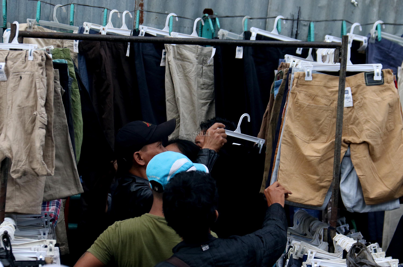 Jelang Lebaran Baju Bekas Impor Pasar Senen Diserbu