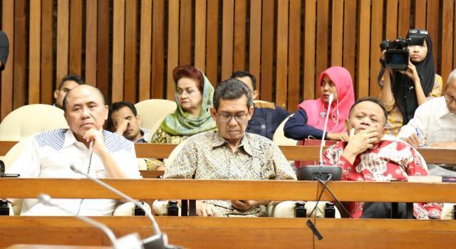 Suasana Rapat Dengar Pendapat Umum (RDPU) Pansus tentang panitia angket terhadap pelaksanaan tugas dan kewenangan KPK di kompleks Parlemen, Senayan, Jakarta, Senin (19/6). RDPU tersebut juga menunggu kehadiran dan klarifikasi Miryam S Haryani yang saat ini sudah berstatus tersangka atas dugaan menghambat proses penyidikan mega korupsi korupsi KTP Elektronik. AKTUAL/Tino Oktaviano