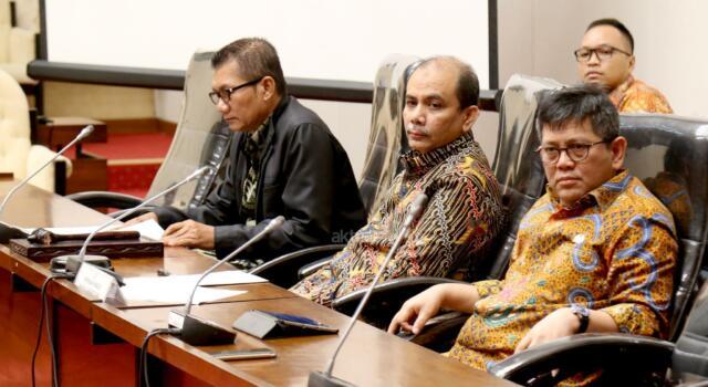 Ketua Pansus panitia Angket KPK Agun Gunandjar didampingi Wakil Ketua Dossy Iskandar Prasetyo mendengarkan paparan anggota pansus saat Rapat Dengar Pendapat Umum (RDPU) Pansus tentang panitia angket terhadap pelaksanaan tugas dan kewenangan KPK di kompleks Parlemen, Senayan, Jakarta, Senin (19/6). RDPU tersebut juga menunggu kehadiran dan klarifikasi Miryam S Haryani yang saat ini sudah berstatus tersangka atas dugaan menghambat proses penyidikan mega korupsi korupsi KTP Elektronik.AKTUAL/Tino Oktaviano