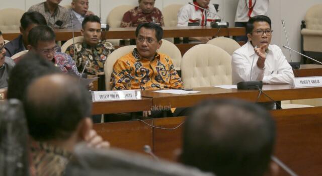 Anggota Pansus angket KPK Mukhamad Misbakhun bersama Masinton Pasaribu menyampaikan paparannya saat Rapat Dengar Pendapat Umum (RDPU) Pansus tentang panitia angket terhadap pelaksanaan tugas dan kewenangan KPK di kompleks Parlemen, Senayan, Jakarta, Senin (19/6). RDPU tersebut juga menunggu kehadiran dan klarifikasi Miryam S Haryani yang saat ini sudah berstatus tersangka atas dugaan menghambat proses penyidikan mega korupsi korupsi KTP Elektronik.AKTUAL/Tino Oktaviano