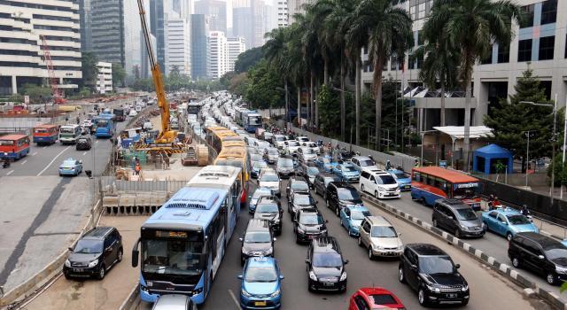 Sejumlah kendaraan terjebak macet di ruas Jalan Jenderal Sudirman, Jakarta, Senin (19/6/2017). Pertumbuhan jumlah motor dan mobil di Jakarta mencapai 12 persen per tahun atau berkisar 5.500 hingga 6000 unit per hari dan kepadatan jalanan di Ibu kota disebabkan oleh tingginya pengguna kendaraan pribadi. AKTUAL/Munzir