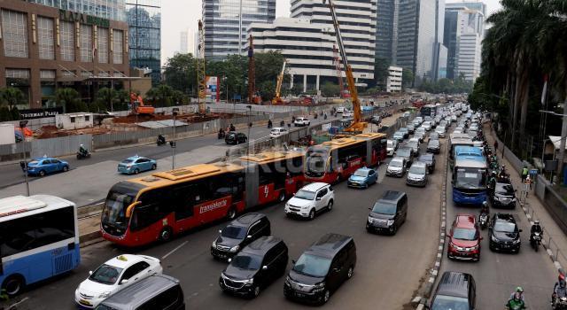 Pertumbuhan jumlah motor dan mobil di Jakarta mencapai 12 persen per tahun atau berkisar 5.500 hingga 6000 unit per hari dan kepadatan jalanan di Ibu kota disebabkan oleh tingginya pengguna kendaraan pribadi. AKTUAL/Munzir