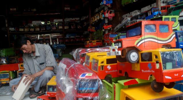 Mainan kayu ini terbuat dari berbagai macam limbah kayu, Mainan berbahan kayu itu dijual dengan harga yang bervariasi, mulai dari Rp 50 ribu hingga Rp 300 ribu. Pembeli tetap hadir menghampiri mereka walau tak seramai dahulu. AKTUAL/Munzir
