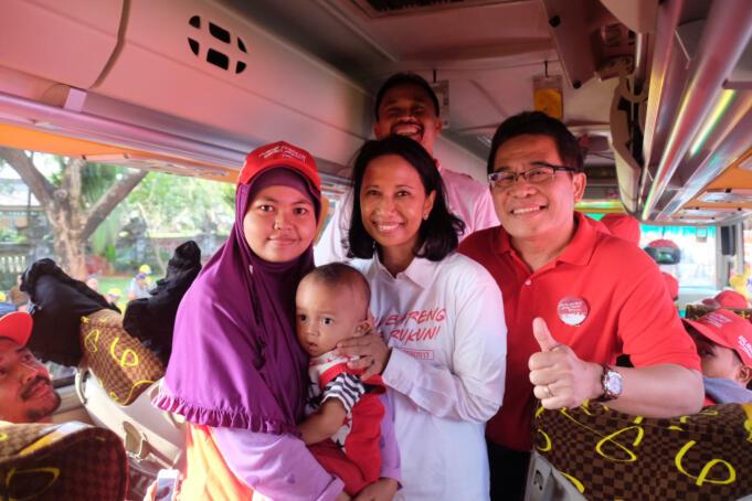 Menteri BUMN Rini M. Soemarno (kedua dari kanan) didamping Direktur Utama Telkom Alex J. Sinaga (paling kanan) dan Direktur Utama Jasa Raharja Budi Setyarso (belakang) saat meninjau kesiapan bus sebelum acara pelepasan Mudik Guyub Rukun 2017 di Taman Mini Indonesia Indah, Senin (19/6). Sebagai implementasi program BUMN Hadir untuk Negeri, Mudik Guyub Rukun 2017 ini merupakan salah satu upaya BUMN untuk menyediakan armada mudik yang aman dan nyaman bagi masyarakat.