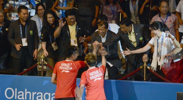 Pebulu tangkis ganda campuran Indonesia Tontowi Ahmad (kiri) dan Liliyana Natsir mengembalikan kok ke arah ganda campuran Cina Zheng Siwei dan Chen Qingchen pada final BCA Indonesia Open 2017 di Jakarta Convention Center, Jakarta, Minggu (18/6).