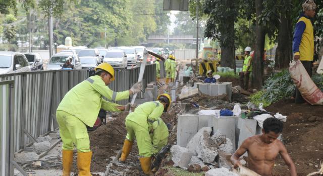 Pekerja membongkar trotoar untuk pembangunan penataan pedestrian di Jalan Perwira, Jakarta Pusat, Senin (17/7). Pemprov DKI tengah melakukan penataan jalur pedestrian yang bertujuan untuk memberikan kenyamanan dan keamanan kepada pejalan kaki. AKTUAL/Tino Oktaviano