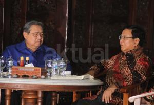 Ketua Umum Partai Demokrat Susilo Bambang Yudhoyono (kiri) berbincang dengan Ketua Umum Partai Gerindra Prabowo Subianto (kanan) sebelum mengadakan pertemuan tertutup di Puri Cikeas, Bogor, Jawa Barat, Kamis (27/7).Pertemuan keduanya membahas kondisi politik bangsa. AKTUAL/Tino Oktaviano