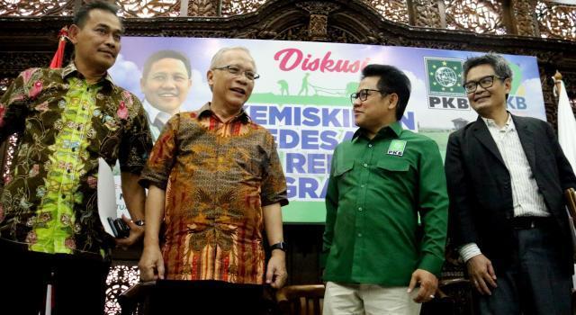 Ketua Umum PKB, Muhaimin Iskandar (kedua kanan) bersama Anggota Fraksi PKB Komisi IV Ibnu Multazam (kiri), Guru Besar Universitas Institute Pertanian Bogor (IPB), Endriatmo Sutarto (kedua kiri), Ketua Pokja Reforma Agraria Kemendesa-PDTT RI, Tri Candra Aprianto (kanan) saat menjadi pembicara dalam diskusi Politik Partai Kebangkitan Bangsa (PKB) di Jakarta, Senin (17/7/2017). Diskusi tersebut bertema 'Kemiskinan Pedesaan Dan Reforma Agraria' sebagai rangkaian acara dalam rangka harlah ke 19 Tahun Partai Kebangkitan Bangsa. AKTUAL/Munzir