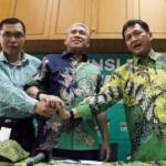 Sekretaris Komite Mukernas Achmad Baidowi (kiri), Ketua Komite Mukernas Iskandar Saihu (tengah), Sekretaris Organisasi Komite Achmad Mustaqim berejabat tangan usai memberi keterangan pers di kantor Seknas Bapilu PPP, Jakarta (16/7/2017) .  Mukernas II PPP dibawah pimpinan Romahurmuziy akan digelar pada tanggal 19-22 Juli 2017 dan Mukernas tersebut merupakan ajang konsolidasi partai demi menyambut Pilkada 2018 dan Pemilu Serentak 2019. AKTUAL/Munzir
